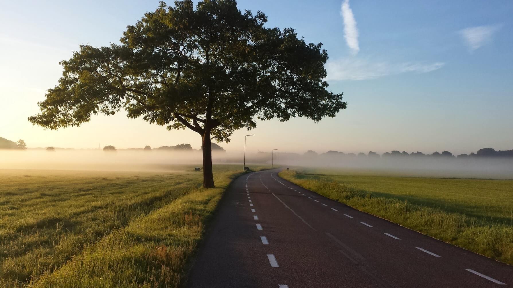 Flot dansk landevej som symbol på elcykel rækkevidde.