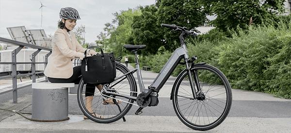 Dame med grå Kalkhoff Elcykel ved solcelle park